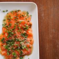Sashimi vom Lachs mit Nussbutter und Schnittlauch