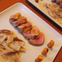 Schweinefilet mit Knoblauch, Schalottengemüse und Kartoffelhülsen
