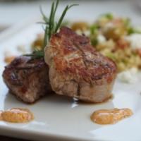 Griechisches Schweinefilet, Gemüsebulgur und Harissajoghurt