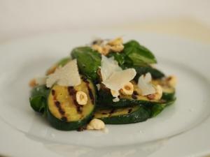 zucchinisalat basilikum haselnüsse